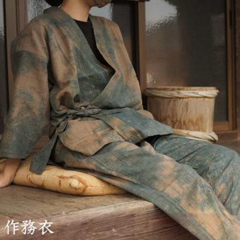 涼しげな綿麻の生地を柿渋で染め上げた新商品、「綿麻作務衣」